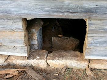 Продушина в основании старинного деревянного дома